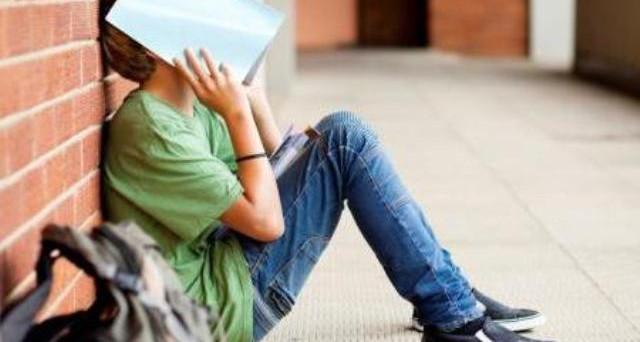 Se il figlio prende brutti voti a scuola e i genitori divorziati hanno l'affido condiviso gli insegnanti sono tenuti ad avvisare entrambi.