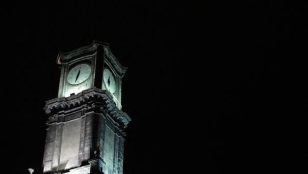 Questa notte, tra sabato 28 e domenica 29 ottobre, torna l'ora solare: si spostano indietro le lancette di un'ora. Il cambio costringe chi fa il turno di notte a lavorare gratis un'ora?