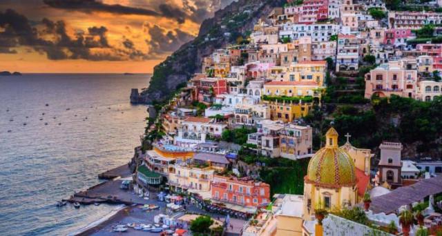 Il paesaggio della costiera Amalfitana è talmente gettonato che il permesso per fare foto potrebbe costare mille euro: ecco chi pagherebbe la tassa e perché.