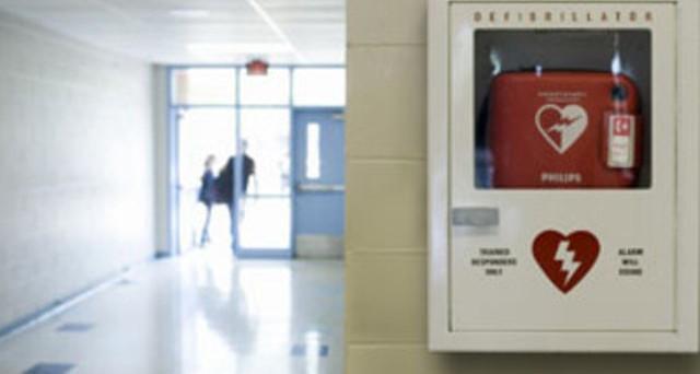 Il defibrillatore in condominio può salvare la vita: arriva la proposta per l'obbligo con contributi statali e sconti IVA.