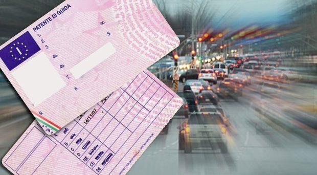 Obbligo di guida con gli occhiali: la patente italiana potrebbe non essere a norma. Rischiamo la multa dall'Europa?