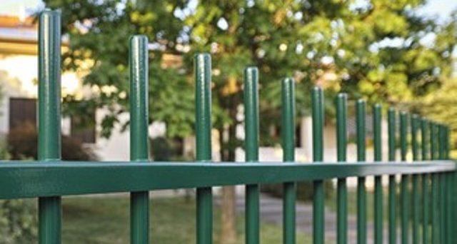Interventi in giardino non inerenti al verde come recinzioni, ringhiere, coperture in metallo o casette in legno possono rientrare nel bonus verde?