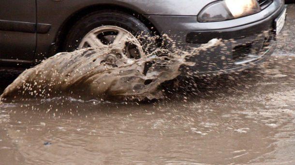Guida con la pioggia in città: sperimentata in provincia di Novara nuova multa per le macchine che passano sulle pozzanghere o a ridosso dei marciapiedi quando piove. Si rischiano fino a 300 euro.