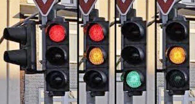 La multa per chi passa con il rosso può essere annullata se il semaforo non è installato dal lato giusto della strada. Ecco la sentenza.