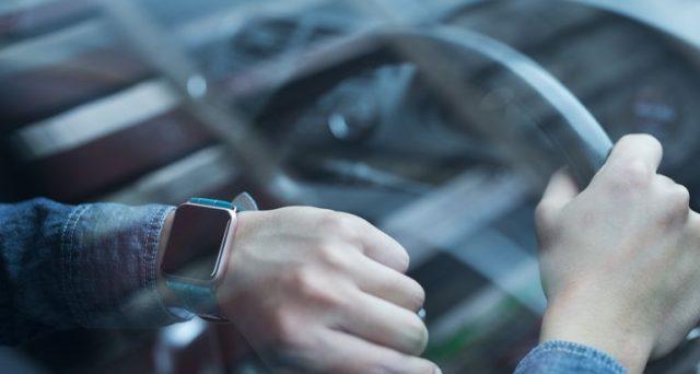 Non solo per chi guida con il cellulare: rischio multe anche per l'uso di altri dispositivi tecnologici al volante. Ecco quali.