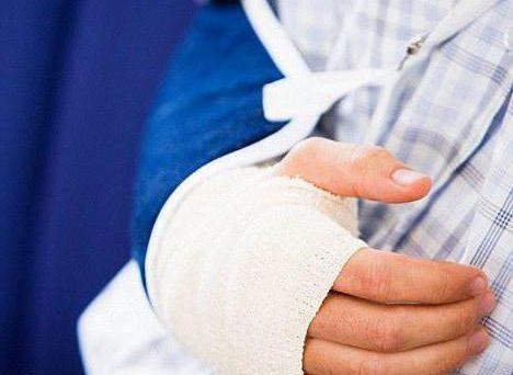 Infortunio casa lavoro: la frattura del braccio in itinere. Due cose da sapere che giustificano l'esonero dalla visita fiscale Inps.