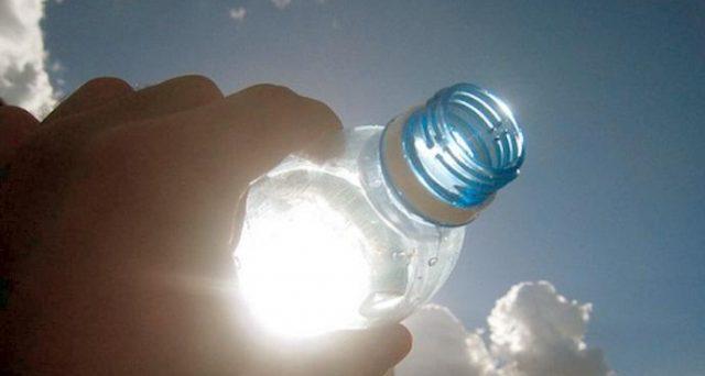 Acqua al supermercato: allarme sulle bottiglie lasciate al sole. C'è bisogno di preoccuparsi? Ecco cosa rischia il gestore non attento alla salute dei clienti.