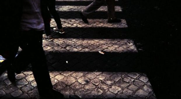 Asfalto bagnato: chi scivola sulle strisce pedonali dopo la pioggia può chiedere il risarcimento dei danni al Comune?