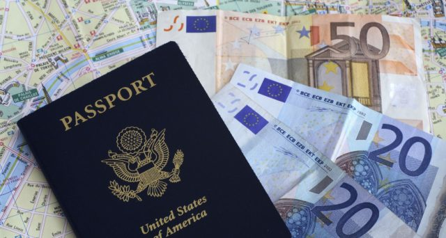 Chi detiene strumenti finanziari all'estero deve pagare le tasse come in Italia (IVAFE) e compilare il Quadro RW. Sanzioni pesanti per chi si dimentica o commette errori. L'attività di monitoraggio fiscale.