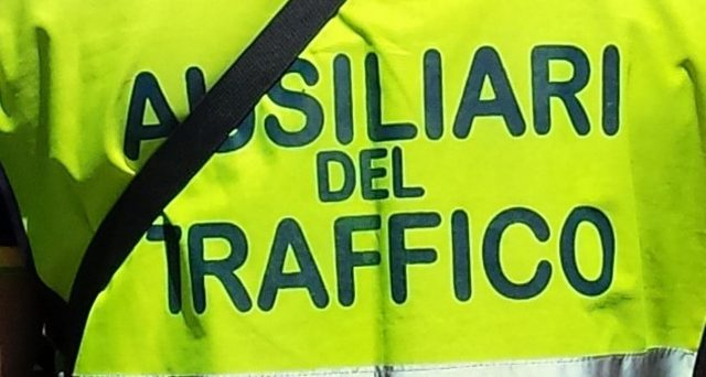 Multe per divieto di sosta: aumentano i poteri degli ausiliari del traffico. Potranno fare multe anche fuori dalle strisce blu.