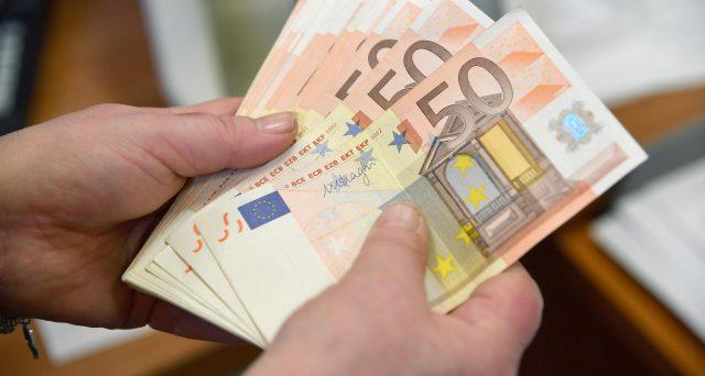 La proposta della tassa sui contanti fa discutere; secondo Confesercenti sarebbe una stangata da miliardi di euro sui consumatori.