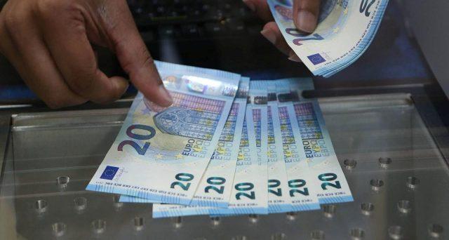 Prelevare troppi contanti in banca può comportare controlli e sanzioni. Normativa antiriciclaggio e occhio del fisco impongono dei limiti.