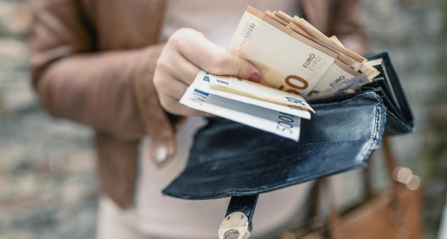 Quanti soldi in contanti si possono portare all'estero? Per chi ha debiti con il Fisco non c'è soglia minima permessa.