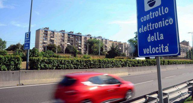 Dopo quanti km/h dal superamento del limite di velocità scatta la multa con autovelox? Una recente sentenza della Cassazione fa chiarezza su un luogo comune.