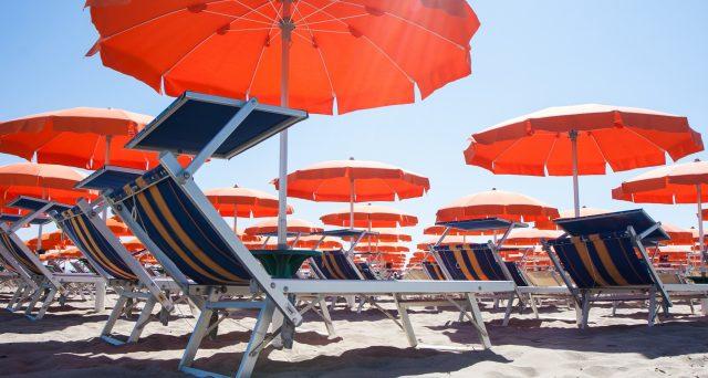 Nuovo bonus mamme per l'estate: chi partorisce ha diritto all'ombrellone in spiaggia gratis per due estati. Ecco dove e come richiederlo.