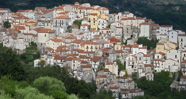 Esenzione tasse comunali per dieci anni e terme gratis: ecco dove. I piccoli paesi del Sud Italia in cerca di pensionati.