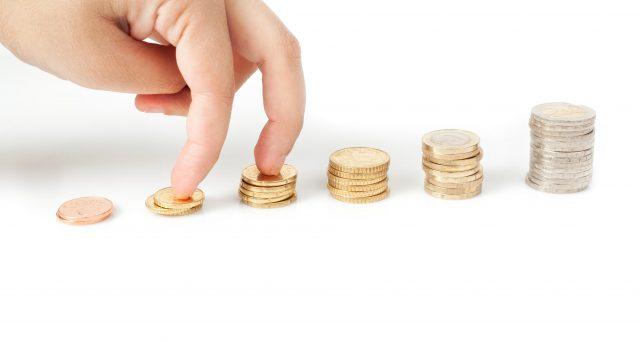 Quale percentuale di stipendio occorre mettere da parte per assicurarsi una pensione futura dignitosa? Dipende da quanto si guadagna ma, soprattutto, dall'età del lavoratore.