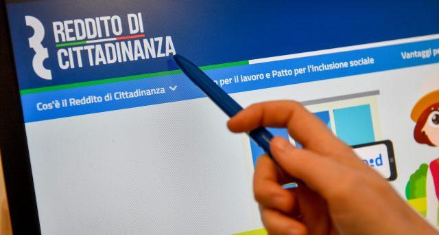 Si può ricaricare il cellulare usando la card del reddito di cittadinanza? Facciamo chiarezza.