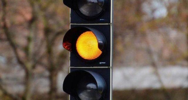 Multa per chi passa con il semaforo giallo: è vero che si rischia la doppia contravvenzione se diventa rosso?