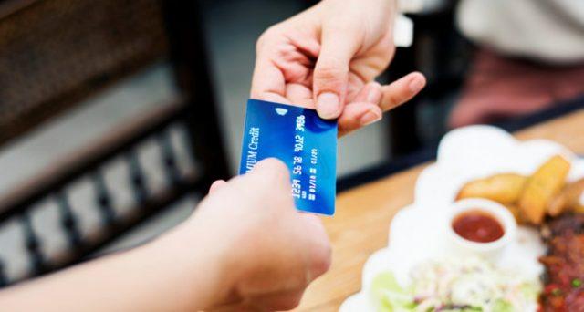 Per chi usa la carta di credito il bonus del 2% potrebbe non bastare. Resta più facile pagare in contanti.
