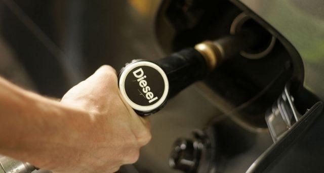 Aumenta il diesel: nel 2020 costerà quanto la benzina? Ecco le possibili conseguenze di una simile scelta. L'allarme Codacons.