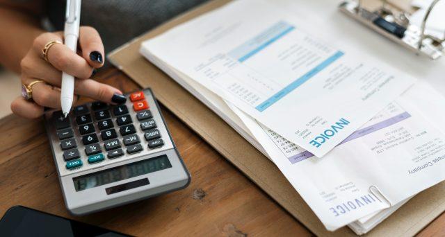 Le fatture generiche non possono essere portate in detrazione o deduzione al reddito d'impresa. Precisazioni della Cassazione ed elementi essenziali per la redazione delle fatture in maniera corretta.