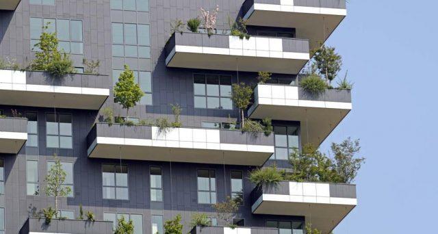 Le spese per le opere di ristrutturazione dei balconi condominiali spettano ai proprietari. Vi sono però delle eccezioni che è bene conoscere.