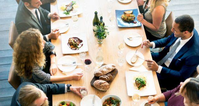La cena di natale organizzata dal datore di lavoro coi propri dipendenti non è considerata spesa di rappresentanza e non è deducibile come tale dal reddito d'impresa.