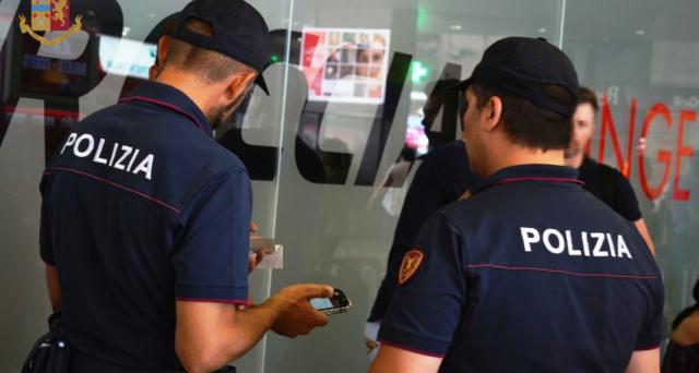 Circolare a piedi sena documenti non è reato, ma in caso di controlli da parte della polizia o dei controllori vi sono degli obblighi da rispettare. Cosa si rischia.