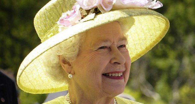 Nuove offerte lavoro a Londra: la Regina Elisabetta è a caccia di un social media manager per la Royal Family.