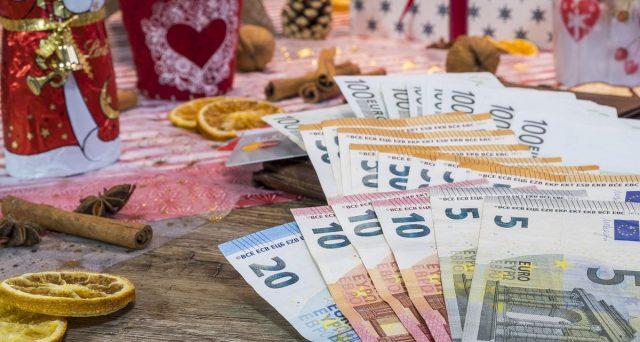 Secondo uno studio di Confesercenti, dei 44,8 miliardi di tredicesime, le tasse assorbono una buona fetta di spesa, ma il grosso sarà destinato a regali, casa e famiglia.