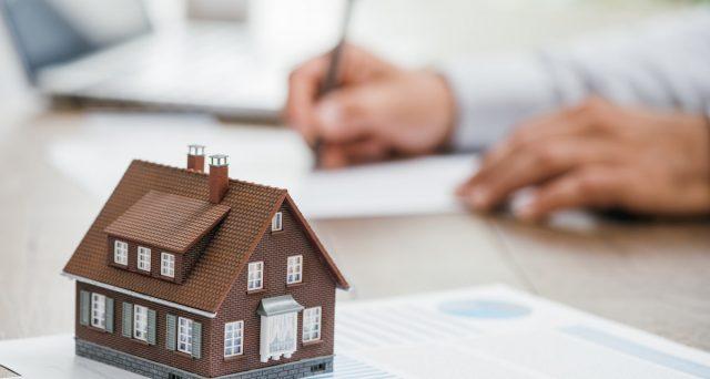 Se non si riescono più a pagare le rate del muto sulla prima casa, la legge consente in via eccezionale di rinegoziare il debito con la banca. Ecco come fare.