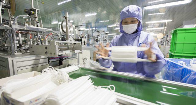 Nel decreto Cura Italia, risorse destinate alle aziende che convertono la produzione in mascherine e respiratori. Domande per il bonus dal 26 marzo.