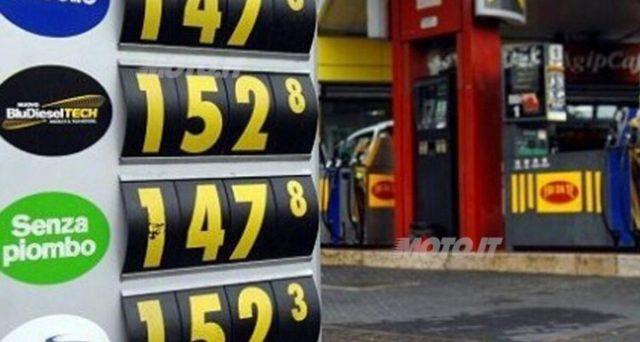 Il prezzo della benzina non scende nonostante il costo del petrolio sia ai minimi storici. Codacons sul piede di guerra e petrolieri nel mirino della magistratura.