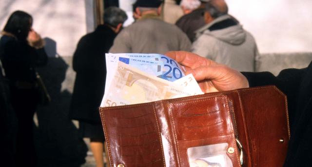 Innalzare le pensioni minime da 515 a 780 euro al mese per garantire un minimo vitale a tutti. Allo studio anche la pensione di garanzia per i giovani lavoratori.