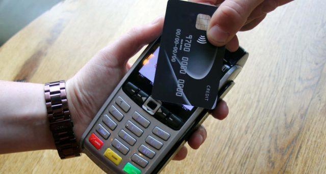 Per avere diritto al cashback bisogna pagare gli acquisti con carta di credito o bancomat. Ma prima occorre registrarsi al programma: ecco come si fa.