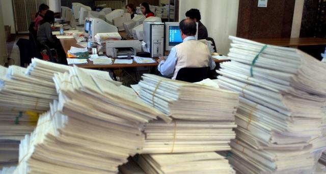 Confesercenti critica il governo per non aver messo un freno alla burocrazia imperante in Italia. Dal decreto ai pagamenti Cig passano almeno 3 mesi di tempo.