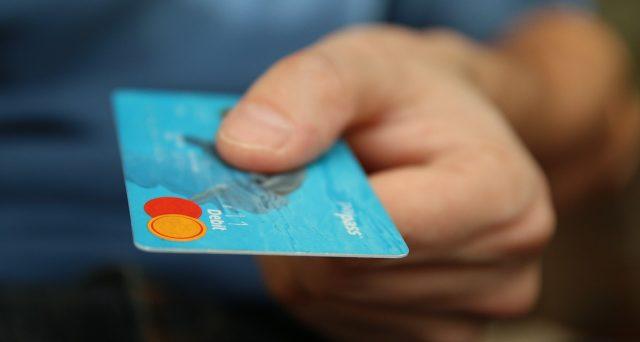 A partire da agosto 2020, gli esercenti attività commerciale, arte e professioni, potranno godere del credito d'imposta che maturerà sulle commissioni addebitate per transazioni effettuate dai clienti con carte di pagamento