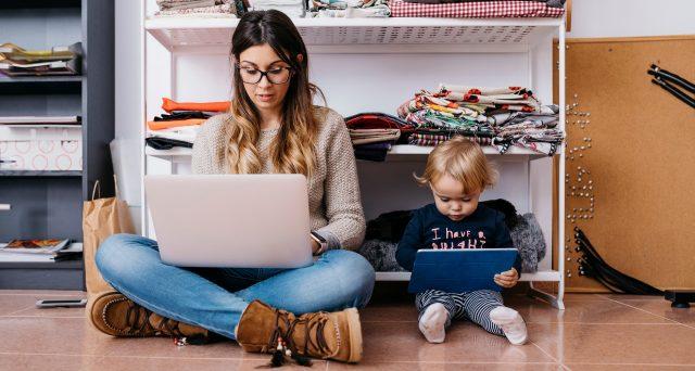 Smartworking e maternità: la donna incinta che lavora da casa ha diritto agli stessi mesi di assenza e allo stesso importo?