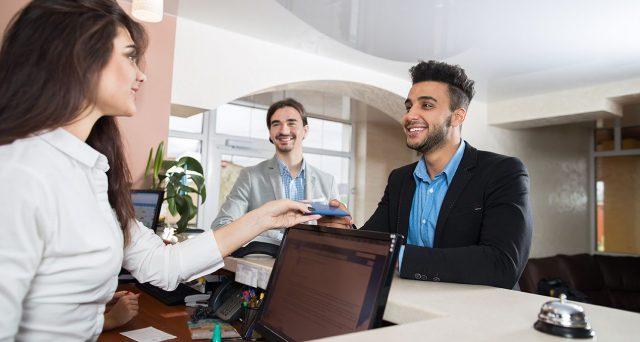 Boom di transazioni con moneta elettronica nel settore turistico - alberghiero. Per andare in vacanza gli italiani preferiscono carte di credito e bancomat.