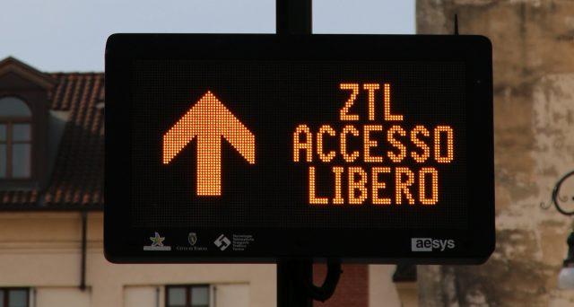 Il permesso disabili per circolare nelle zone Ztl è oggi valido in tutti i Comuni italiani. Al via archivio unico nazionale per le targhe registrate.