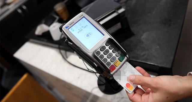 Per chi usa bancomat e carte per i pagamenti, a dicembre bonus fino a 300 euro. Ecco come ottenerli
