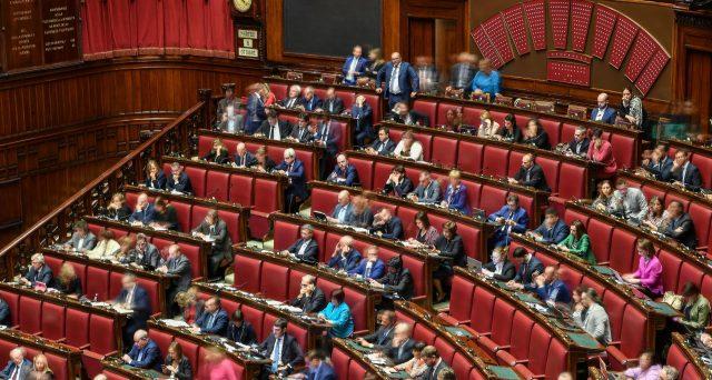 Fine della pacchia per i parlamentari che passeranno da 945 a 600 dalla prossima legislatura. In arrivo anche il taglio di stipendi e pensioni.