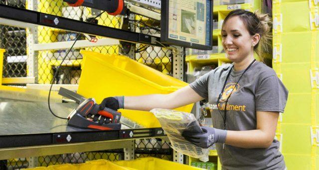 Amazon non conosce crisi e assume 100.000 lavoratori in tutto il mondo. Offerte di lavoro per consegne pacchi anche in Italia.