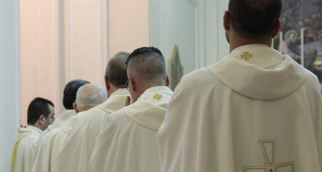 Aumentano i contributi da versare all'Inps per le pensioni dei preti. Una circolare ministeriale stabilisce i nuovi importi.