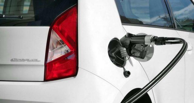 Assogasliquidi ha presentato una proposta al Governo: offrire bonus 900 € per convertire auto a metano. Ecco come funziona.