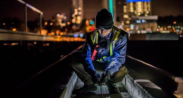Lavoro notturno, cosa prevede la normativa: durata, retribuzione, limiti, idoneità dei dipendenti, rischi e tutele riconosciuti dalla legge.