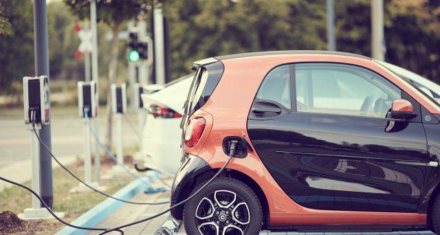 Nella prossima Legge Bilancio potrebbe arrivare la detrazione per l'acquisto di un'auto elettrica. Ecco la proposta detrazione auto elettriche.
