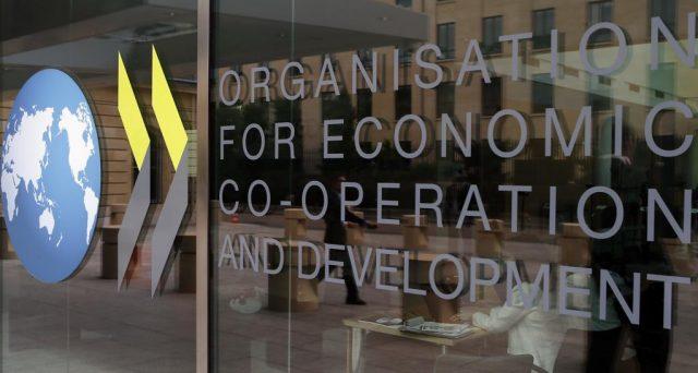 Per l'OCSE l'eccessivo indebitamento dell'Italia mette sotto pressione la tenuta delle pensioni. Senza tagli, il sistema collassa.