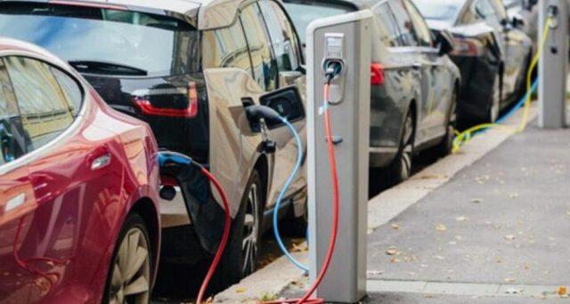 Aumenta l'interesse degli italiani per le auto elettriche, ma i prezzi restano alti. Pesa anche il fisco. L'esempio della Norvegia per un vera svolta green.